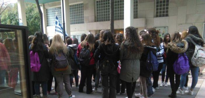Διαμαρτυρία από μαθητές και γονείς του 4ου ΓΕΛ Αγρινίου για την κατάργηση των επαναληπτικών πανελλαδικών