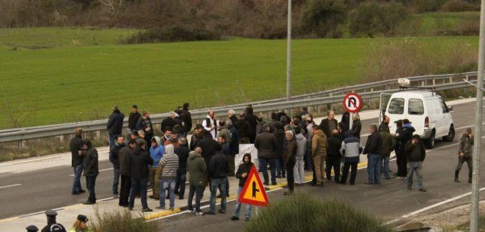Αγροτικό συλλαλητήριο στον κόμβο Κουβαρά (ΔΕΙΤΕ ΦΩΤΟ)