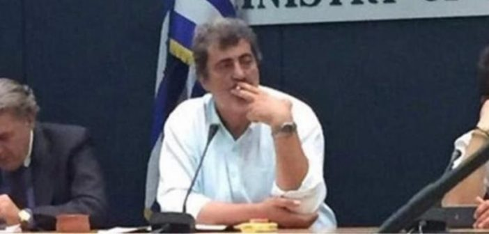 ΝΔ: Απαντά σε άρθρο του Τσίπρα με φωτογραφία του Πολάκη να καπνίζει