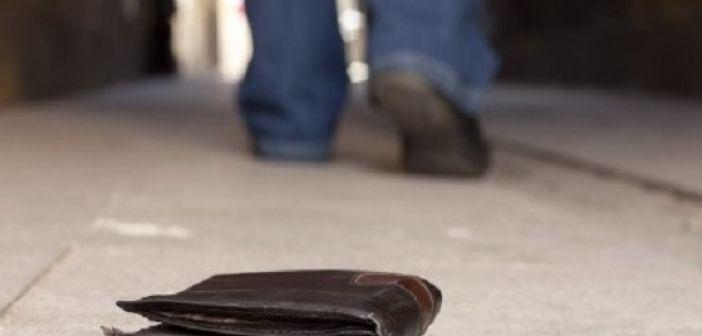 Αγρίνιο: Μάθημα ήθους από αστυνομικό – Βρήκε και παρέδωσε πορτοφόλι με 5.000 ευρώ!