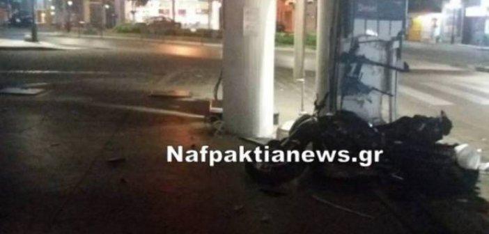Ναύπακτος: Δίκυκλο προσέκρουσε πάνω στην ίδια κολώνα βενζινάδικου όπως είχε γίνει και παλαιότερα τα ξημερώματα της Κυριακής