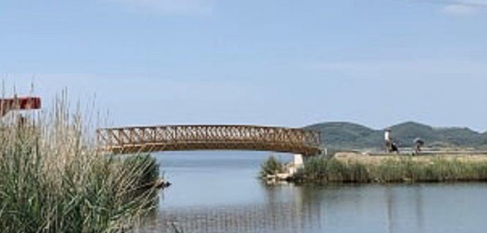 Ανάπλαση Αιτωλικού: Τοποθετήθηκε η νέα εντυπωσιακή γέφυρα
