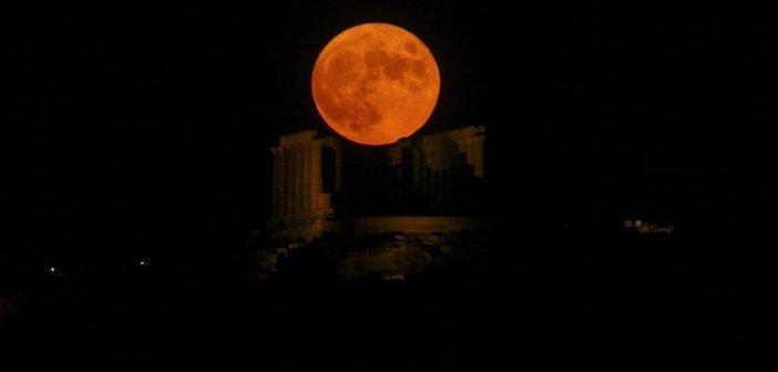 Εικόνες: Νύχτα μαγείας με το ολόγιομο αυγουστιάτικο φεγγάρι