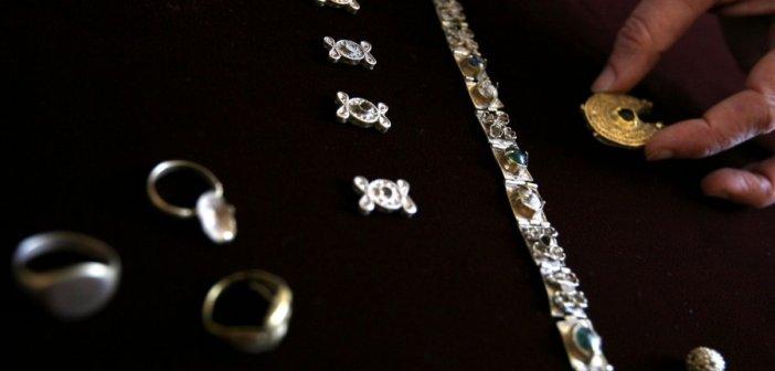 Μάνη: Ο ιερέας έκανε το colpo grosso με ψεύτικα διαμάντια! Άφωνος ο ιδιοκτήτης του κοσμηματοπωλείου