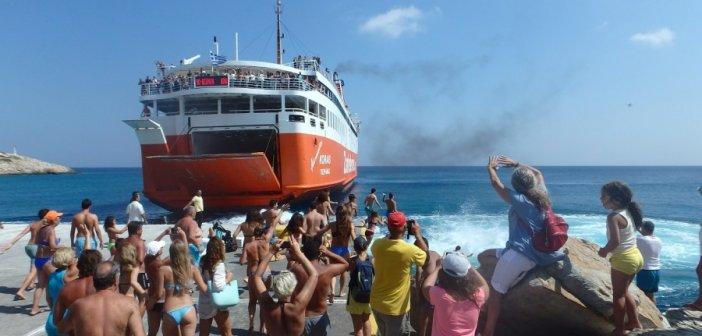 Σίκινος: Όμορφο έθιμο αποχαιρετισμού στους τελευταίους τουρίστες με βουτιές στο λιμάνι (VIDEO)