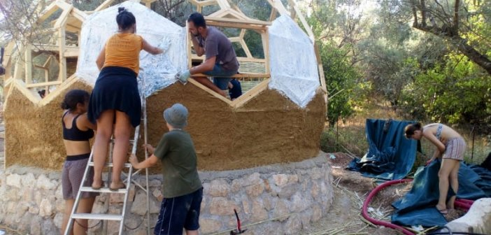 Λευκάδα: Εθελοντές κατασκεύασαν σπίτι από οικολογικά υλικά στο Νυδρί (ΔΕΙΤΕ ΦΩΤΟ)