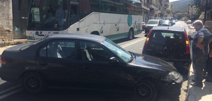"""Τροχαίο ατύχημα στην Αμφιλοχία – Αυτοκίνητο """"καρφώθηκε"""" σε σταθμευμένο όχημα (ΔΕΙΤΕ ΦΩΤΟ)"""