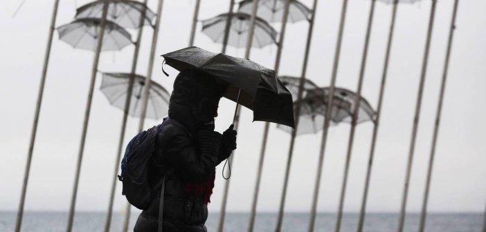 Καιρός: Βροχές, σκόνη και άνεμοι σήμερα – Σε ισχύ το έκτακτο δελτίο της ΕΜΥ