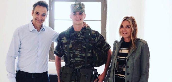 Κυριάκος Μητσοτάκης: Νέα φωτογραφία του πρωθυπουργικού ζεύγους με τον γιο τους στη μονάδα στον Έβρο