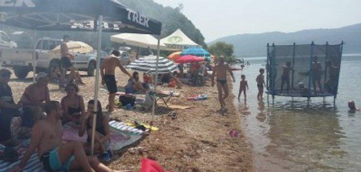 """Η απίστευτη παραλία """"Φωτμού"""" στή Λίμνη Τριχωνίδα"""