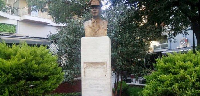 Νέο βανδαλισμός μνημείου στο Αγρίνιο – Ξήλωσαν την επιγραφή της προτομής του Γ. Παπαθανασίου (ΦΩΤΟ)