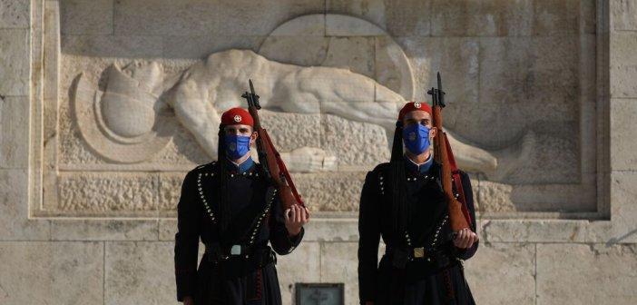 Με μάσκες και οι Εύζωνες της Προεδρικής Φρουράς – Δείτε εικόνες