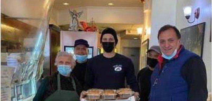 Ενας Κατουνιώτης στην Νέα Υόρκη στο Μανχάταν κάθε Κυριακή μοιράζει φαγητό στους φτωχούς