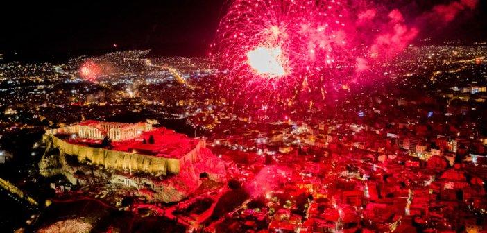 Πρωτοχρονιά: Πώς υποδέχθηκε η Ελλάδα το 2021 – Υπερθέαμα με πυροτεχνήματα και άδειους δρόμους