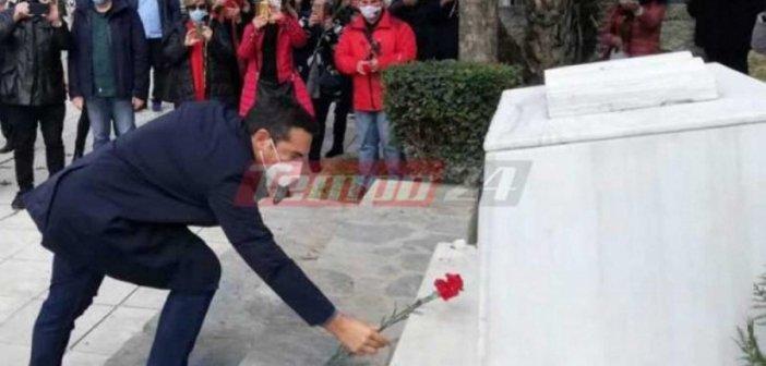 Τσίπρας στην Πάτρα: Άφησε ένα γαρύφαλλο στο μνημείο του Νίκου Τεμπονέρα – «Ανοργανωσιά στον εμβολιασμό»