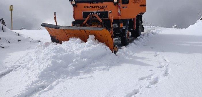 Χιόνια στην Ορεινή Ναυπακτία – Επιχειρούν μηχανήματα της Περιφέρειας  για το οδικό δίκτυο (vid)