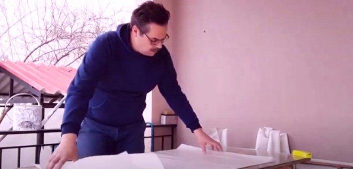 Ο γνωστός Αγρινιωτης τραγουδιστής φτιάχνει παραδοσιακό χαρταετό (βίντεο)