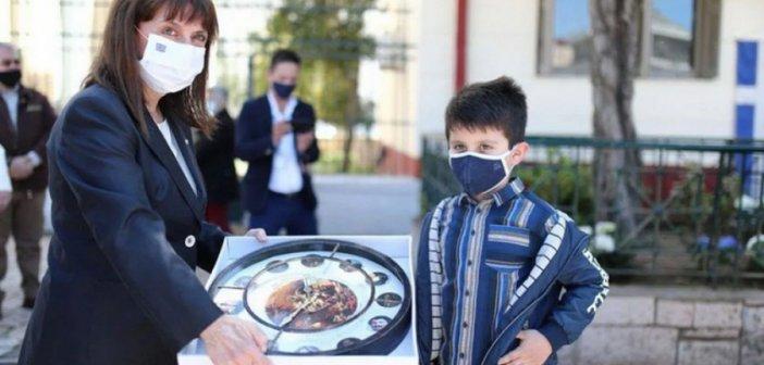 Ο μικρός Σεραφείμ Κερασιώτης με την Πρόεδρο της Δημοκρατίας στο Μεσολόγγι