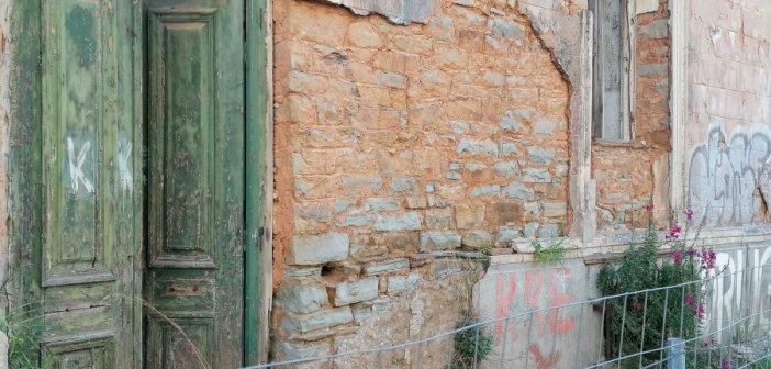 Αγρίνιο: Η φύση αντιστέκεται στις ερειπωμένες Καπναποθήκες Ηλιού (εικόνες)