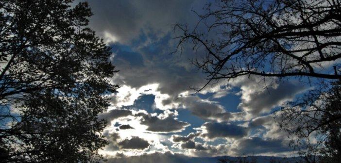 Με νεφώσεις, βροχές και σποραδικές καταιγίδες ο καιρός