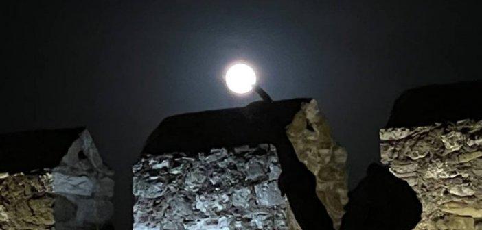 To ολόγιομο φεγγάρι στη γραφική Ναύπακτο (εικόνες – video)