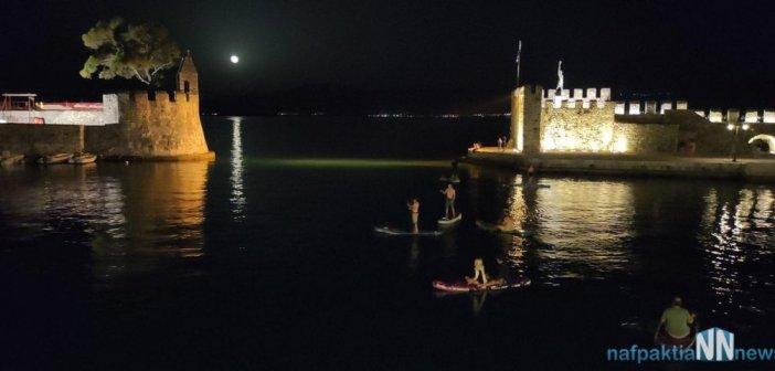 Ναύπακτος: Όμορφες εικόνες από παιδιά με τις σανίδες του να μπαίνουν μέσα στο λιμάνι (video)
