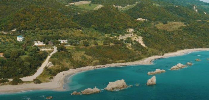 Μια πολύ ιδιαίτερη παραλία στον νομό Πρεβέζης: Εκπληκτικό τοπίο με βράχους – κυματοθραύστες, είναι πάντα «λάδι» (video)