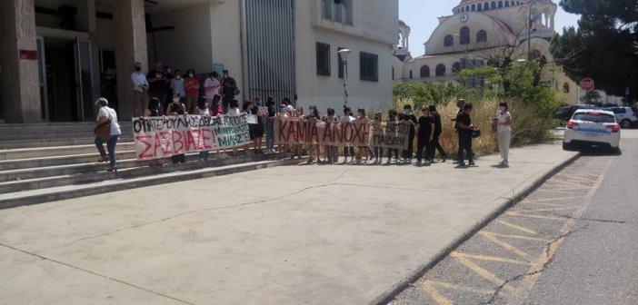 """Αγρίνιο: Συγκέντρωση αλληλεγγύης στο Δικαστικό Μέγαρο – """"Ο πατερούλης δεν σας αγαπούσε, σας βίαζε"""" (video – εικόνες))"""