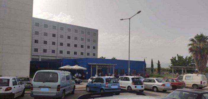 Αγρίνιο: Αλαλούμ στο εμβολιαστικό κέντρο του Νοσοκομείου – Μεγάλη αναμονή σε συνθήκες καύσωνα (εικόνες)