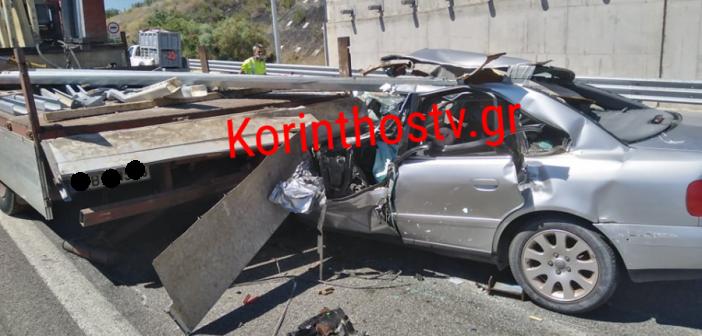 Διαλύθηκε αυτοκίνητο που «καρφώθηκε» σε φορτηγό στην Κορίνθου – Πατρών