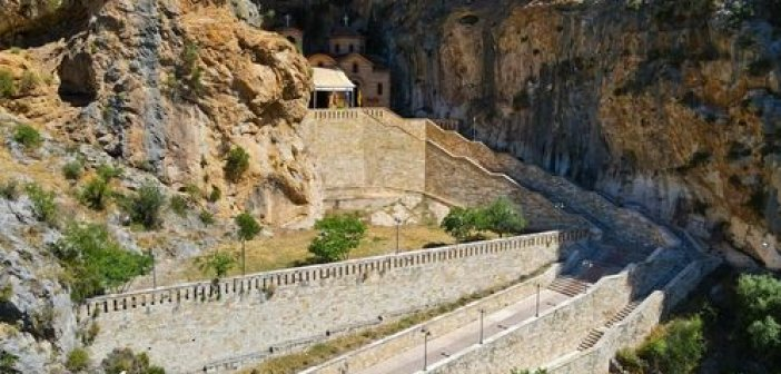 Κλεισούρα Αιτωλοακαρνανίας: Το γραφικό εκκλησάκι της Αγίας Ελεούσας στο βράχο