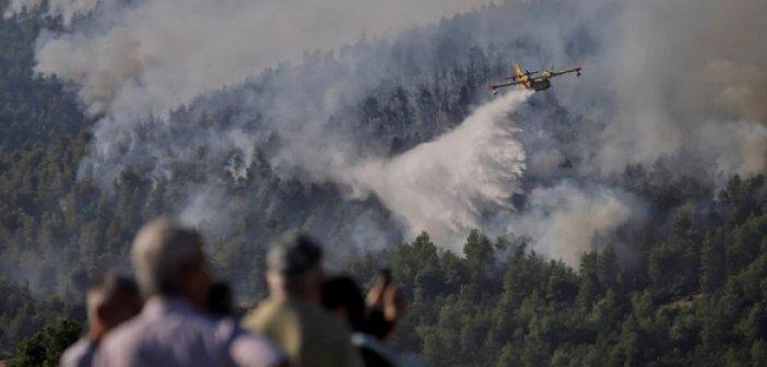 Φωτιά στα Βίλια: Νέα μεγάλη αναζωπύρωση – Συνεχείς οι ρίψεις νερού από τις εναέριες δυνάμεις