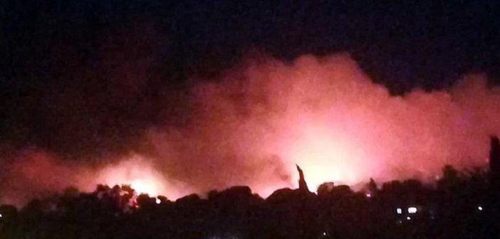 Φωτιά στη Νέα Μάκρη: Στον αστικό ιστό οι φλόγες – εκκενώσεις οικισμών
