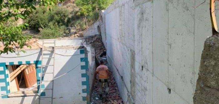 Διασελάκι Θέρμου: Ζημιές σε σπίτι από πτώση δημοτικού τοιχίου – Αποκαθίστανται οι ζημιές (ΦΩΤΟ)