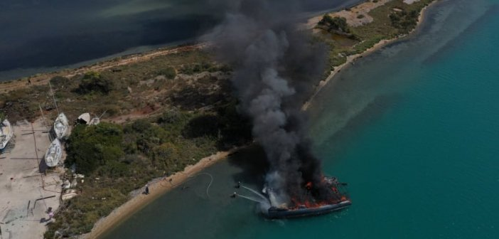 Λευκάδα: Καταστράφηκε ολοσχερώς το σκάφος που πήρε φωτιά (εικόνες – βίντεο)
