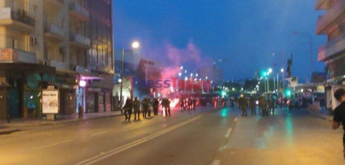 Θεσσαλονίκη: Ένταση και κροτίδες στην πορεία των αντιεξουσιαστών στην Καμάρα
